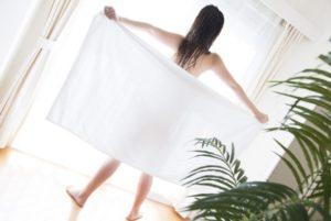 タオルを広げる女性
