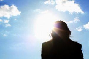紫外線を浴びて日焼けをする女性