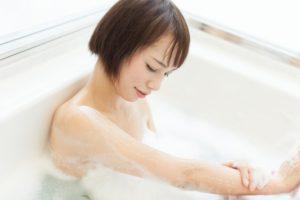体を優しく洗う女性